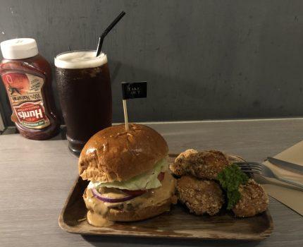 《忠孝新生,漢堡,Take out burger&cafe 》大口好滿足,料多實在,貓好可愛